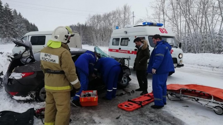 В Башкирии столкнулись легковушка и машина провайдера, пассажира вызволяли с помощью спецтехники