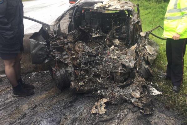 От автомобиля ничего не осталось, поэтому очевидцев просят откликнуться и помочь опознать личность погибшего