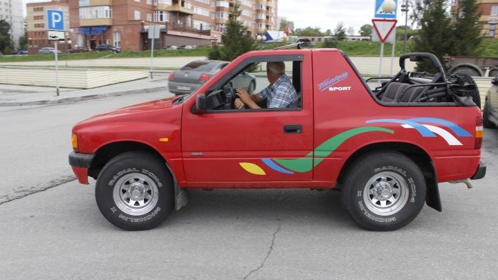 Крышу сносит: по Новосибирску гоняет джип-кабриолет — разглядываем странный 26-летний внедорожник