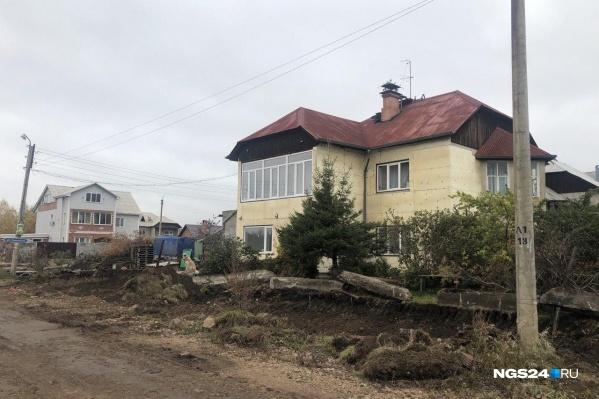 Территорию вокруг дома перекопали экскаватором 21 сентября