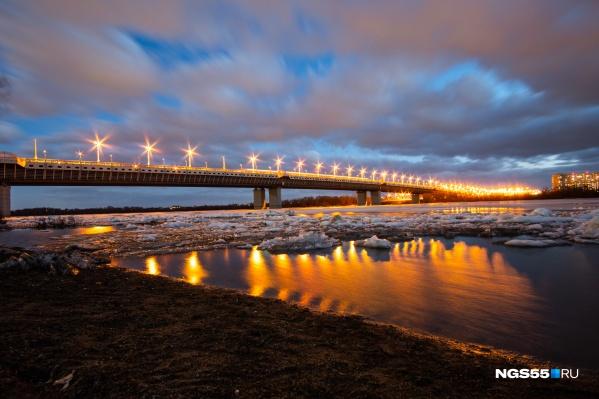 Отражающаяся иллюминация моста — как сопла ракет, которые вот-вот унесут ледяные глыбы в космос