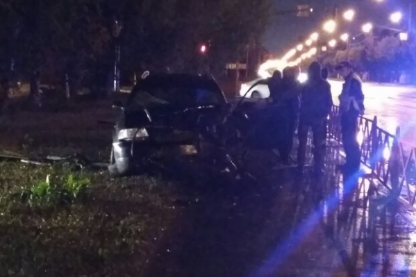 Машина вылетела с дороги на тротуар