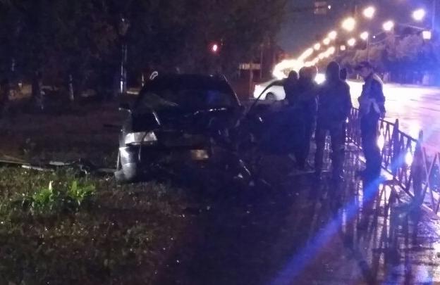Удар был слышен в окрестных домах: на проспекте Фрунзе в Ярославле произошло серьезное ДТП. Видео