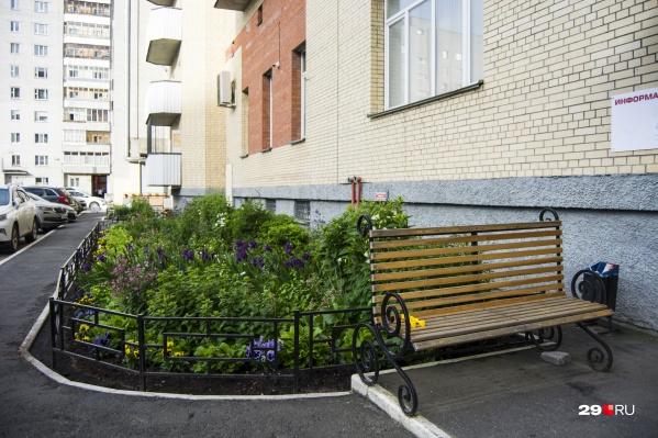 Один из уютных двориков Архангельска, где жильцы украшают территорию цветами