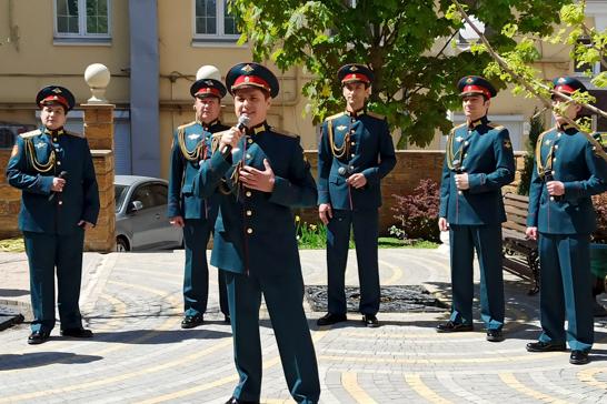 Военные музыканты ЮВО сыграли концерт в одном из дворов Ростова