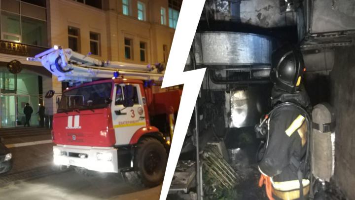 «Весь паркинг заволокло густым дымом»: в бизнес-центре на набережной Екатеринбурга случился пожар
