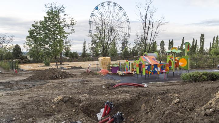 «Почти все деревья вырубили, повсюду аттракционы»: смотрим на реконструкцию ЦПКиО Волгограда