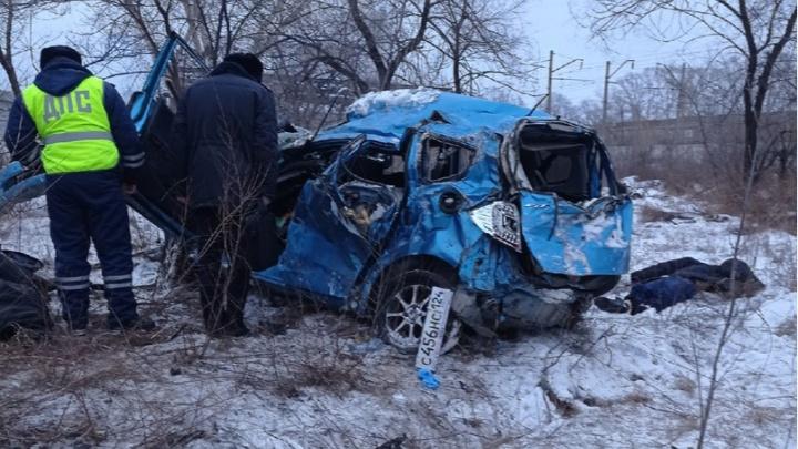 «Хонда» вылетела в кювет с Шинного моста. В ДТП погибли трое