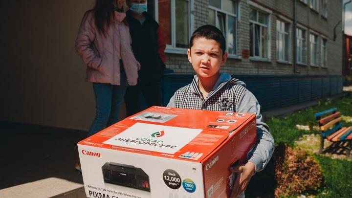 Акционер Антипинского НПЗ подарил дому реабилитации детей «Борки» компьютерную технику