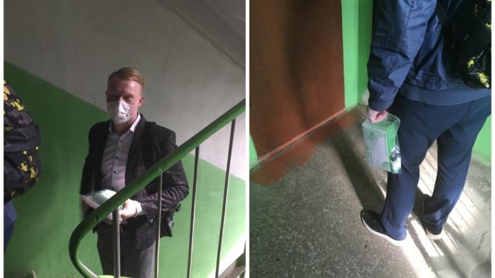 В Екатеринбурге непонятные парни ходят по квартирам и продают маски за 2000 рублей