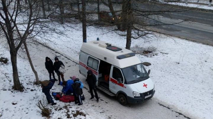 В Челябинске женщина умерла на улице. Очевидцы утверждают, что скорая ехала очень долго