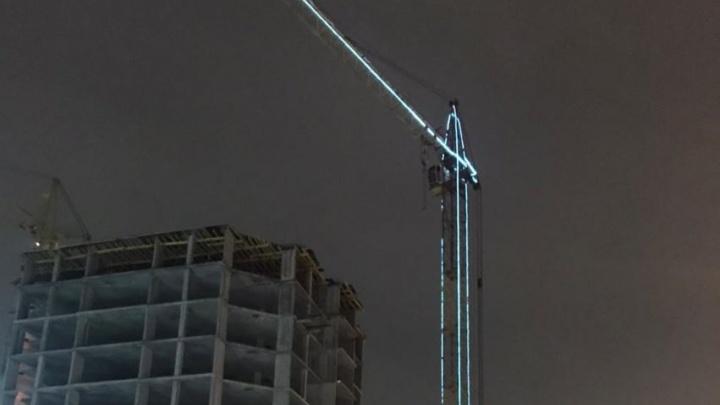 Перед Новым годом в Омске украсили строительные краны светящимися гирляндами