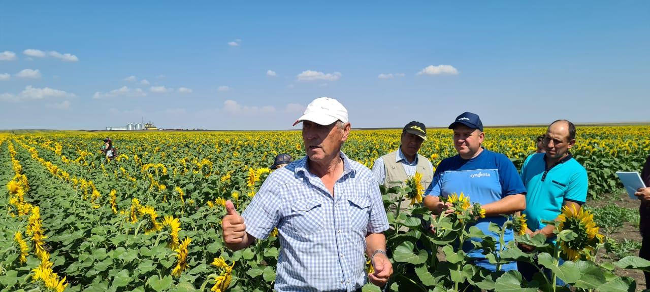 На переднем плане — Константин Шумских. Он основатель и главный специалист по земледелию в КФХ «Берёзка»