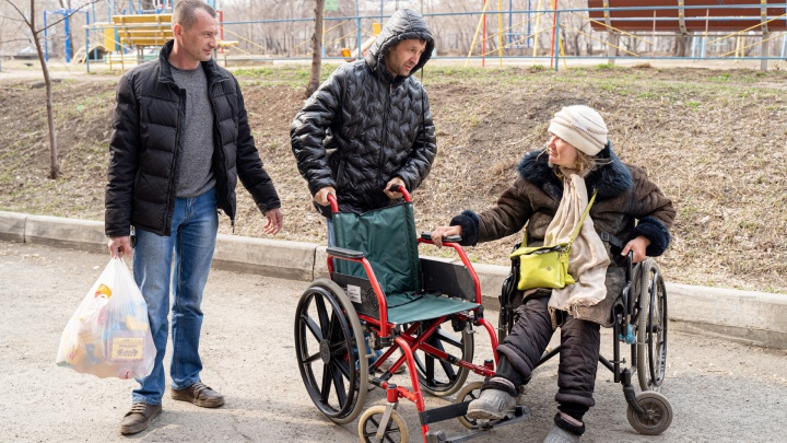 Челябинские автоинструкторы помогли инвалидной коляской женщине, выживающей на пенсию и милостыню