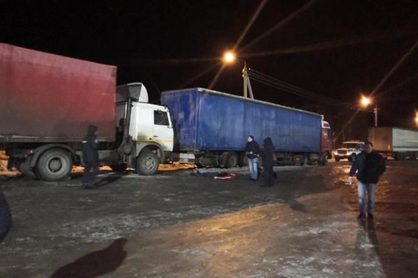 Мужчина попытался успеть проскочить между двумя грузовиками