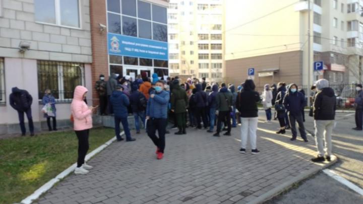 Госуслуги всё: в Екатеринбурге за номерами в ГИБДД придется стоять в живой очереди