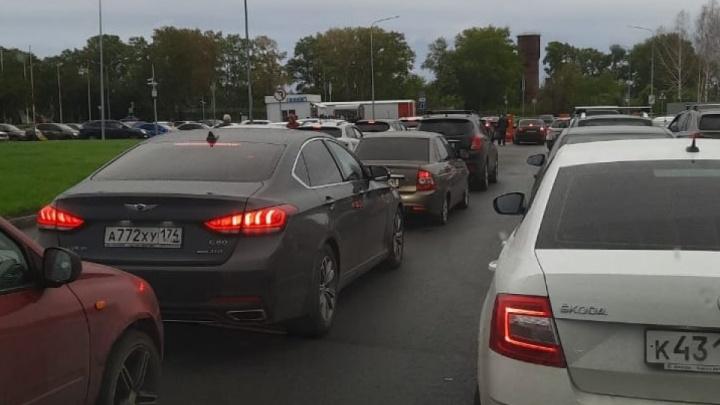 «Устраивают карусель и блокируют проезд»: разбираемся, кто прав в конфликте аэропорта с таксистами