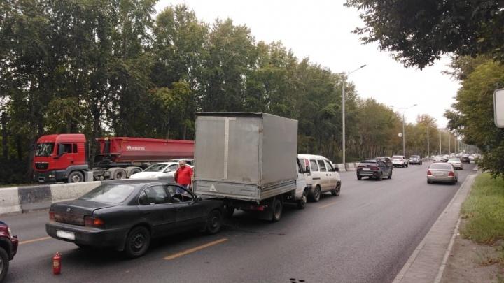 Неудачно подрезал: «паровозик» из трёх автомобилей собрал километровую пробку над Инёй