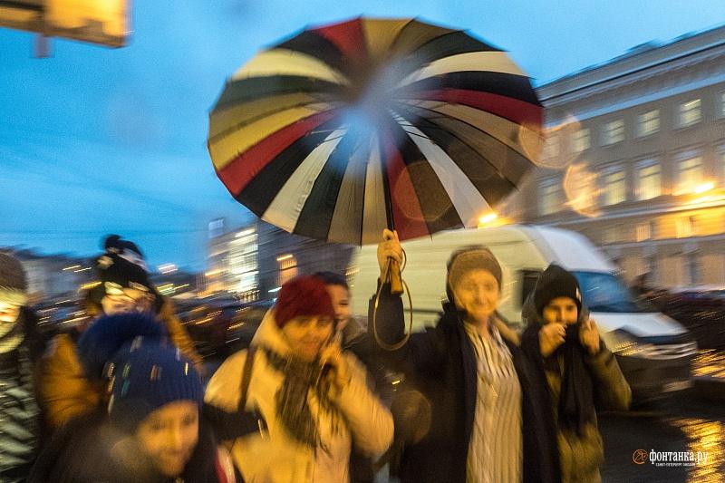 Буквально через несколько дней горожанам пришлось снова расчехлять зонты. Санкт-Петербург, 6 декабря 2019 года