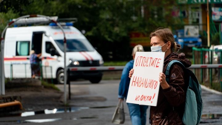 Вторые сутки без сна: фоторепортаж из омской больницы, где лечили Алексея Навального