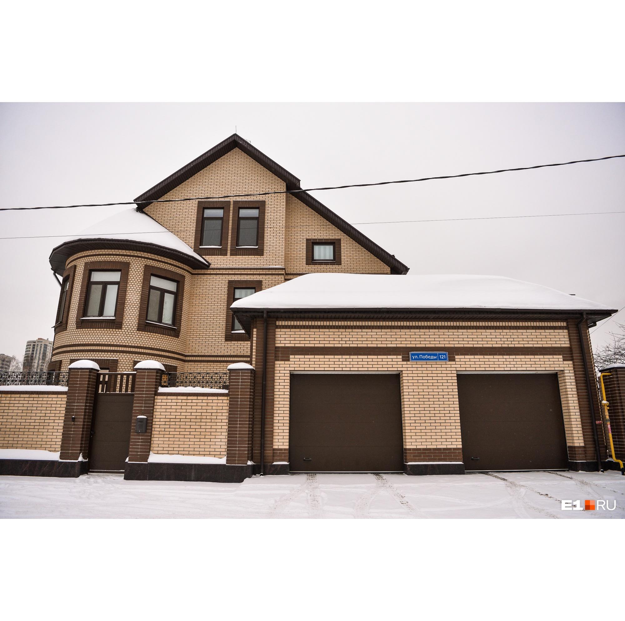 В квартале дорогих коттеджей встречаются дома-замки