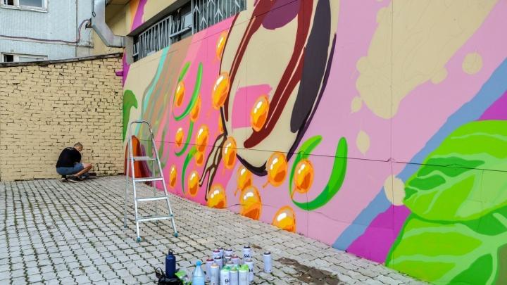 «Серые навевают грусть и тоску»: стены онкодиспансера разрисовали красочными граффити