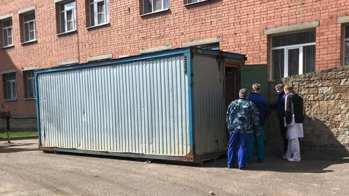 Вместо военной палатки у госпиталя ветеранов поставили строительный вагончик для врачей