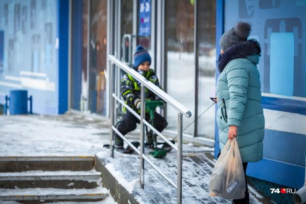 Малоимущие семьи должны получать пособия на детей от трех до семи лет, но челябинцы периодически жалуются на задержку с выплатами