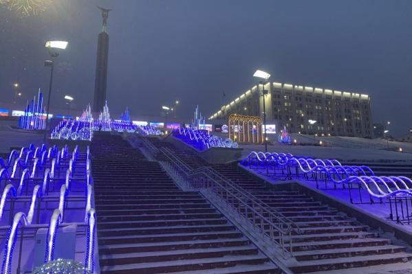 Фирма-поставщик утверждает, что самарская инсталляция является самым большим новогодним светодинамическим фонтаном в Европе. А вам нравится?