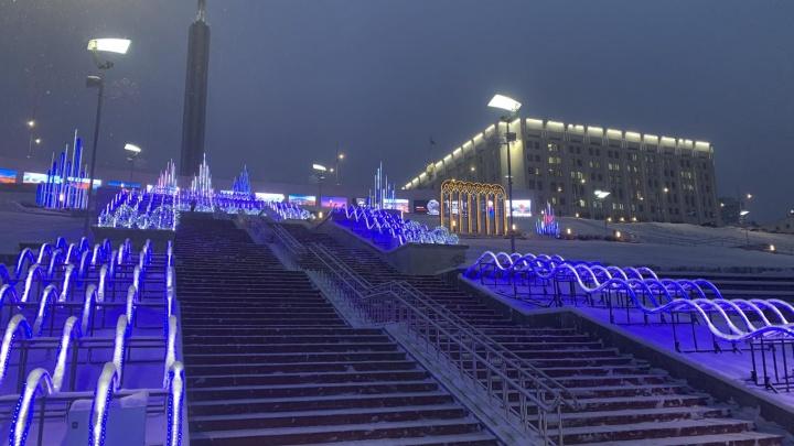 В Самаре на Волжском склоне включили шикарную новогоднюю инсталляцию