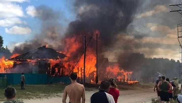 В Тарском районе сгорели три дома: пожар тушили дольше двух часов