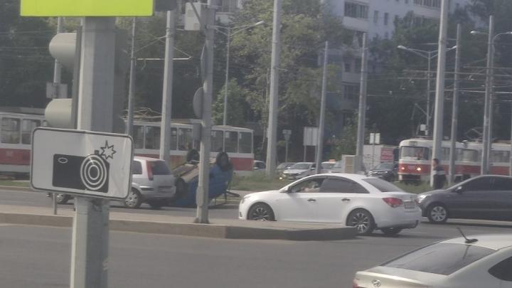 В Самаре на Московском шоссе «Ока» влетела в скорую и перевернулась
