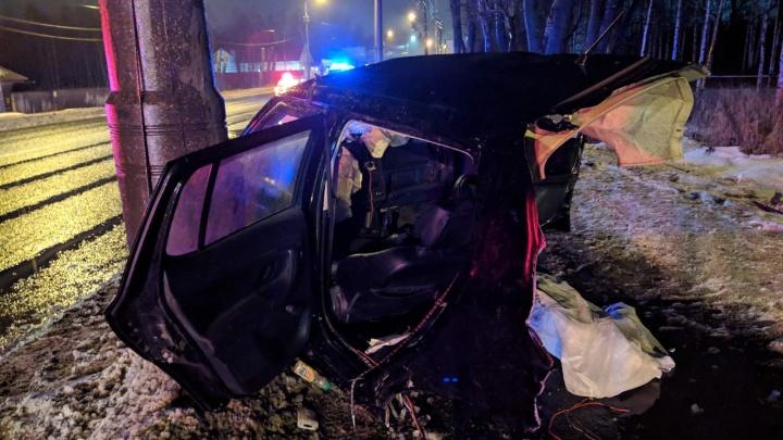 «Машина напополам»: в Архангельске пьяный водитель врезался в столб — погибли три пассажира