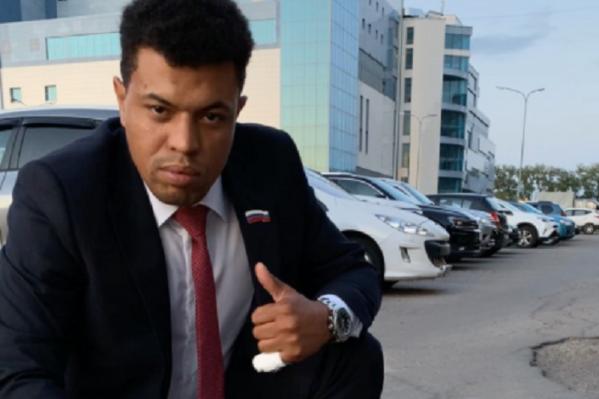 Сам себя Олег Щеглов называет«главой комитета по связям с народом»
