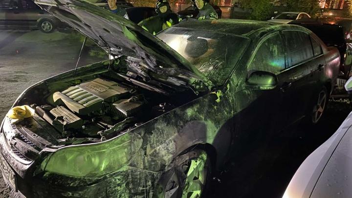 На охраняемой парковке в Челябинске сожгли машину председателя ТСЖ