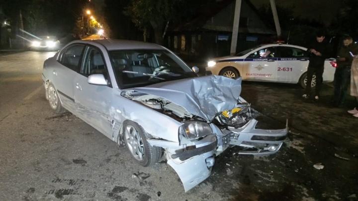 На Самолетной водитель Chevrolet, выезжавший со двора, устроил ДТП с еще двумя автомобилями