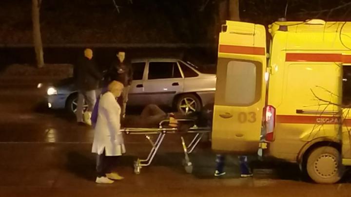 «Он встать не может»: в центре Екатеринбурга Daewoo сбила пешехода