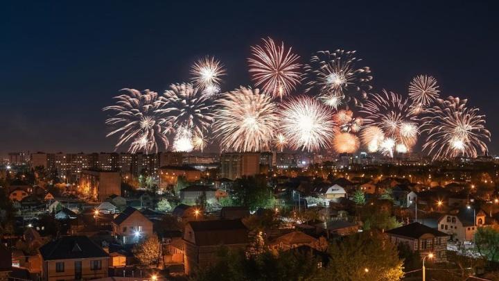 Это просто вау: 10 кадров праздничного фейерверка из соцсетей тюменцев