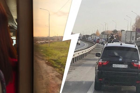 В социальных сетях люди делятся фотографиями дорожного затора