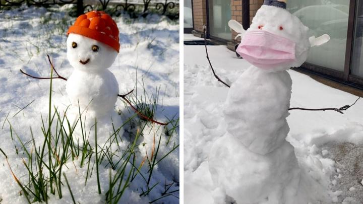Читатели НГС весь день лепили снеговиков — смотрим, что у них получилось (14 фотографий)