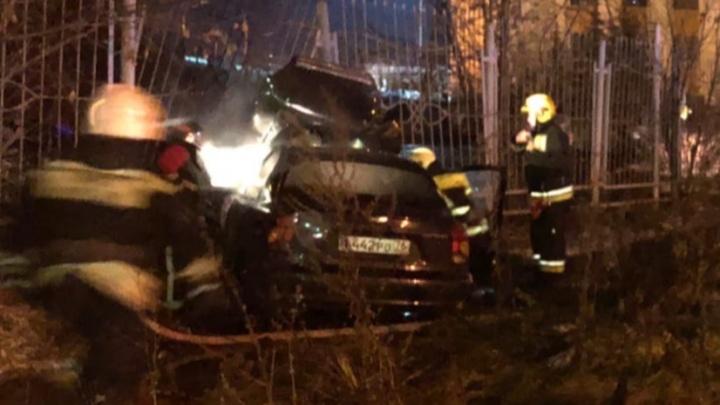 Пропустил поворот и влетел в забор: подробности ДТП в центре Ярославля. Фото