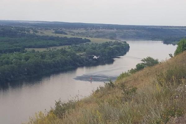 Вертолет сбросил на огонь больше 90 тонн воды