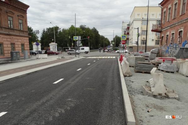 Въезд на новую дорогу со стороны улицы Малышева, движение одностороннее