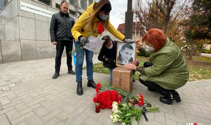 «Мы еле отошли от потрясения»: в центре Волгограда уничтожили импровизированный мемориал Роману Гребенюку