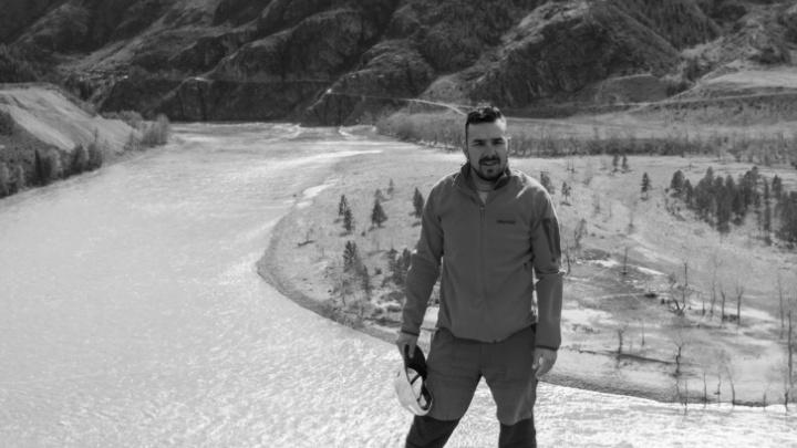 Дело о странном падении мужчины из окна: новосибирскому тревел-блогеру предъявили обвинение в убийстве