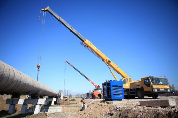 Рабочие перенесли 460 метров теплосети, мешающей строительству развязки