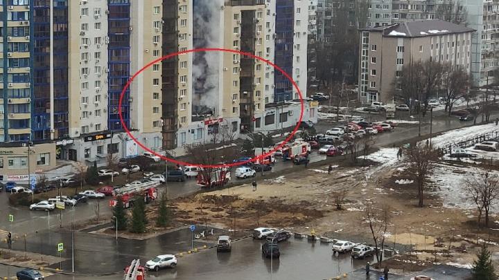 «Услышали взрыв и выбежали на улицу»: волгоградцы рассказали о пожаре в 16-этажке на Семи ветрах