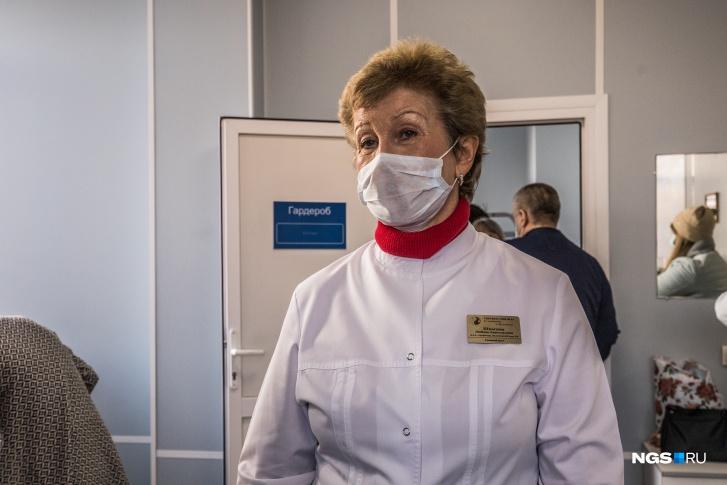 Любовь Шпагина, как и другие врачи клиники, носит в кармане дезсредства. Она говорит, что сейчас для их пациентов анализ ПЦР делает инфекционная больница — с его помощью проверяют наличие антител к вирусу, а антигены ищут в Центре эпидемиологии и дезинфекции на Челюскинцев