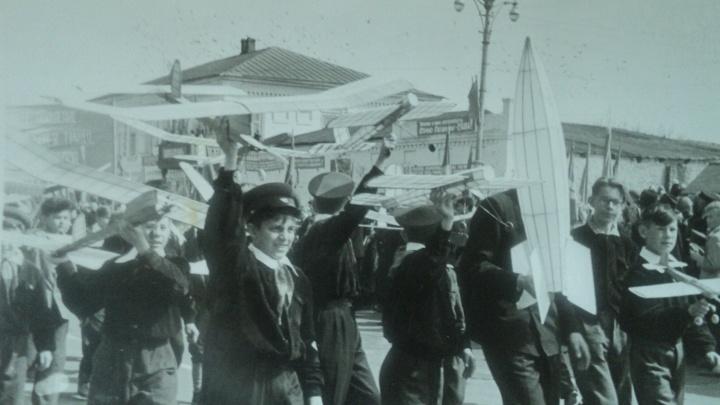 «Какими же мы были счастливыми». Смотрим старые фотографии с первомайских демонстраций в Волгограде