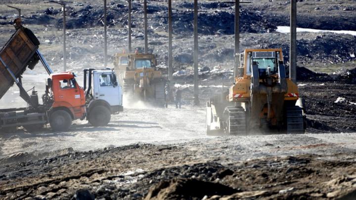 Морские спасатели Мурманска и Норильска чистят реку от топлива, разлившегося в результате проседания опор